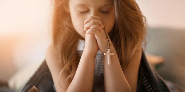 Petite fille en train de prier