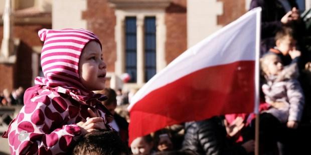 DZIECKO Z FLAGĄ