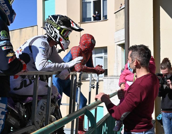 [GALERIA] Kto skrywał się pod maską Spidermana w Watykanie? Wyjaśniamy