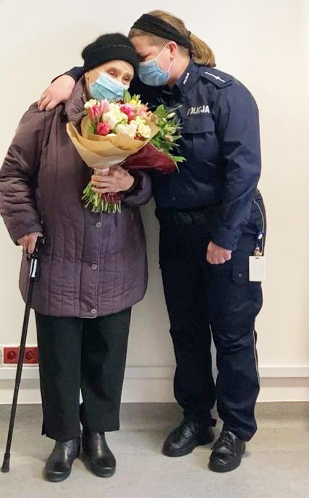 POLICJANTKA POMOGŁA STARUSZCE