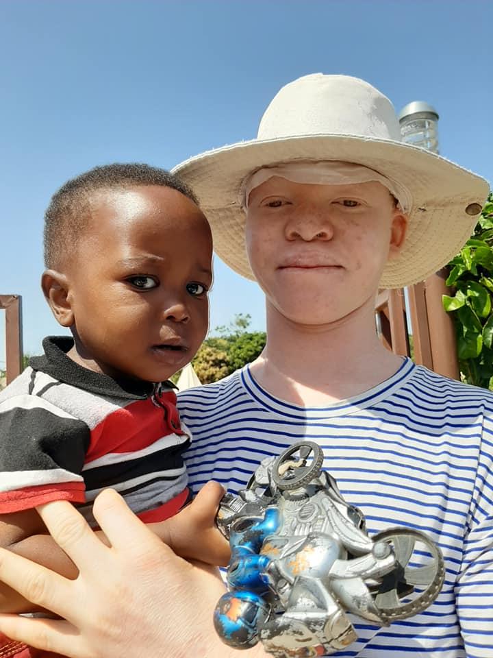 [GALERIA] Świecka misjonarka jedzie do pracy w domu dla albinosów w Tanzanii