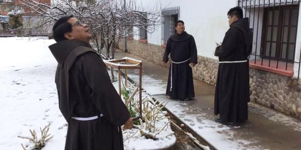 """[GALERIA] """"Witamy bracie śniegu!"""". Biały puch spadł pokrył Boliwię w święto Matki Boskiej Śnieżnej"""