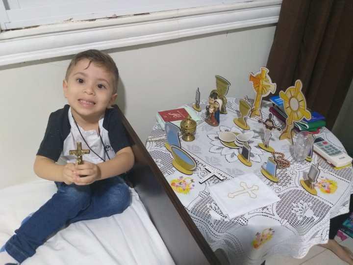 [GALERIA] Czteroletni chłopiec bawi się w mszę, zna wielu świętych i zadziwia nawet rodziców!